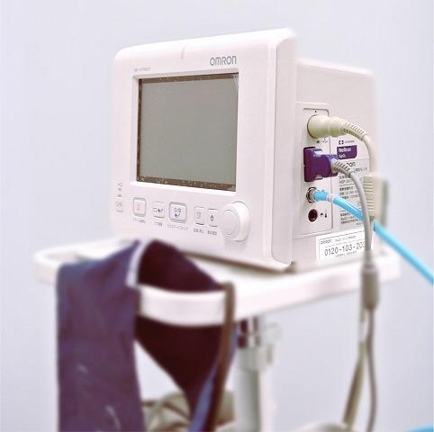 麻酔の中には「血管収縮剤」が入っており、これは体内の血圧を高める効果もあります。 なので高血圧の疑いがある患者様には測定をお願い致しております。また抜歯の前や外科の処置の前にも測定します。